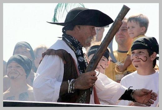 Детям и их родителям понравится выйти в море на пиратском корабле