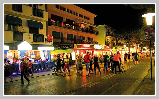 Улица Лидо ди Езоло вечером