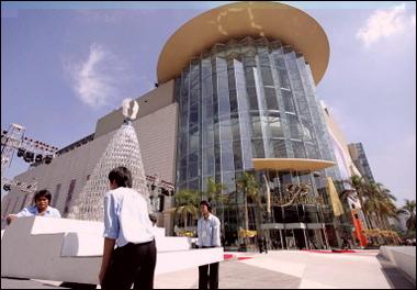Рабочие вносят мебель в открывающийся торговый центр.