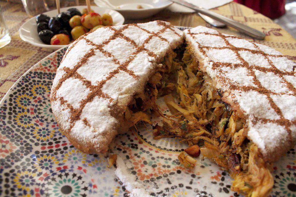Обед начинается с пастильи или слоеного пирога