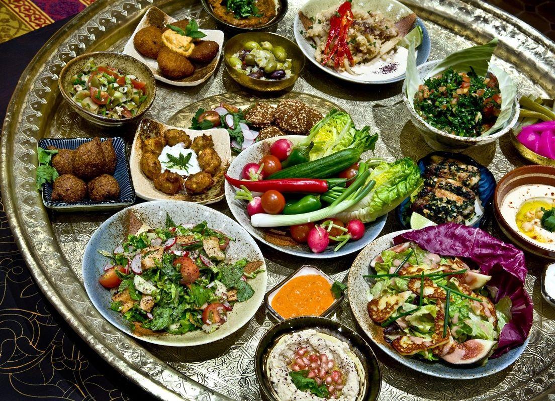 В Марокко обед начинается закусками-мезе – холодные и горячие салаты